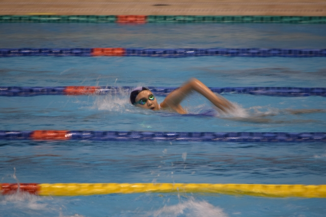 競技中の女子競泳選手