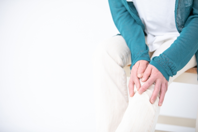 膝を痛がる中高年の女性