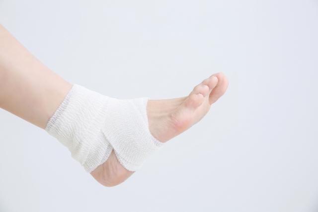 捻挫で包帯をしている足首